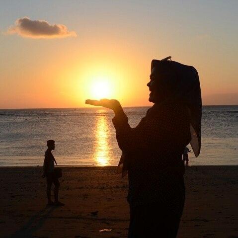 matahari terbenam di pantai kuta